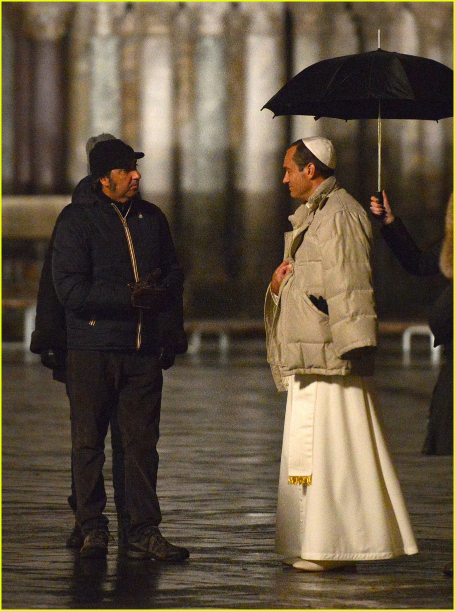 jude-law-continues-filming-young-pope-in-venice-15